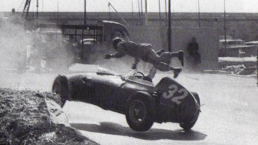 O inglês Cliff Alisson é catapultado de sua Ferrari nos treinos para o GP de Mônaco de 1960 - Reprodução