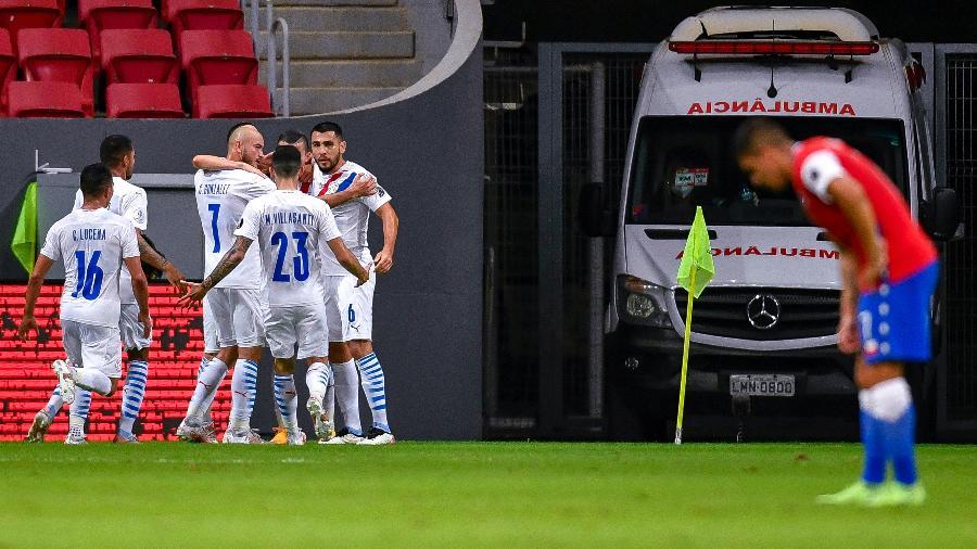 Jogadores do Paraguai comemoram gol sobre o Chile na Copa América  - Mateus Bonomi/AGIF