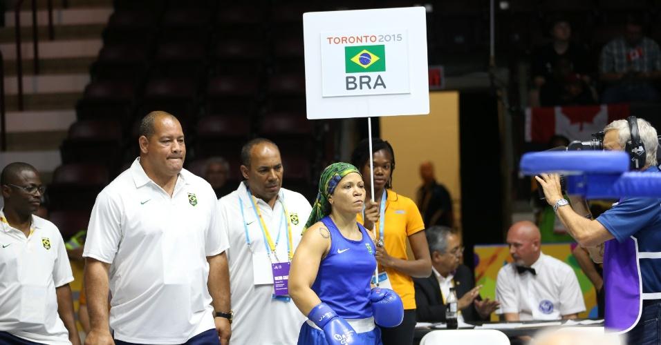 Com cara de mau, Flavia Figueiredo se encaminha ao ringue para enfrentar Claressa Shields, dos Estados Unidos. Brasileira foi derrotada por 3 a 0