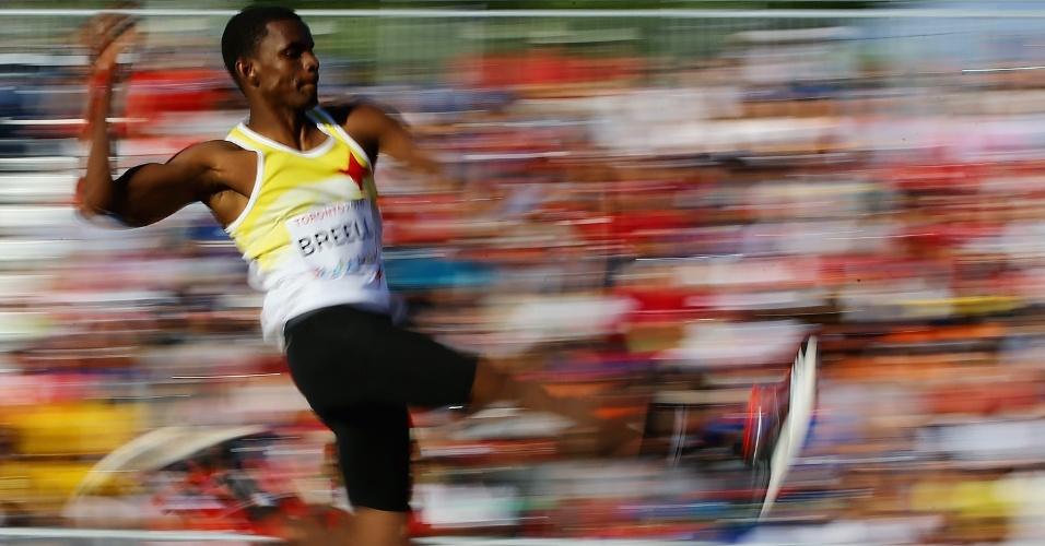 Quincy Breell, de Aruba, salta durante a final do salto em distância