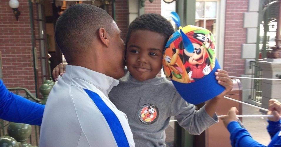 Filho de Elias, Davi, acompanhou o pai na Parada da Disney