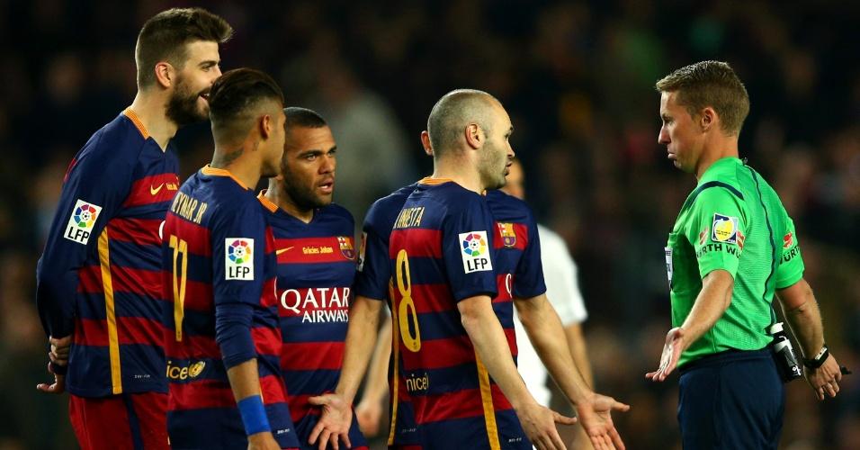 Juiz Alejandro Hernandez é cercado por jogadores do Barcelona que pedem a expulsão de Sergio Ramos no clássico contra o Real Madrid