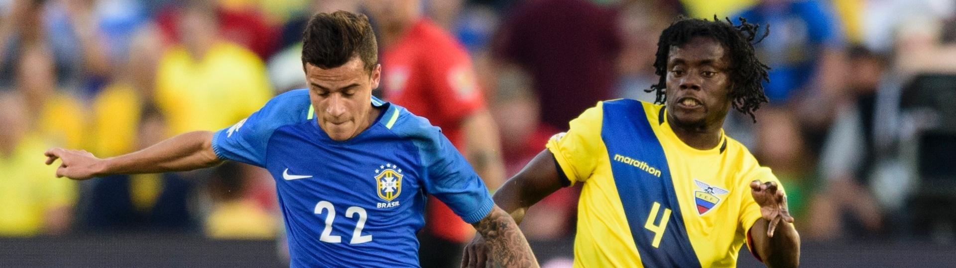 Philippe Coutinho tenta ficar com a bola pelo Brasil contra o Equador, na estreia da Copa América