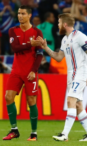 Cristiano Ronaldo e Aron Gunnarsson se cumprimentam depois da partida entre Portugal e Islândia