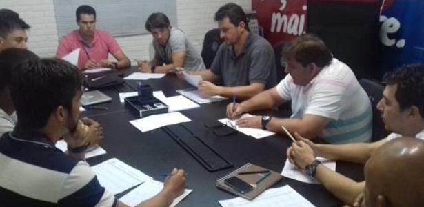 Guto Ferreira, comissão técnica e diretoria se reuniram na segunda-feira no Fazendão