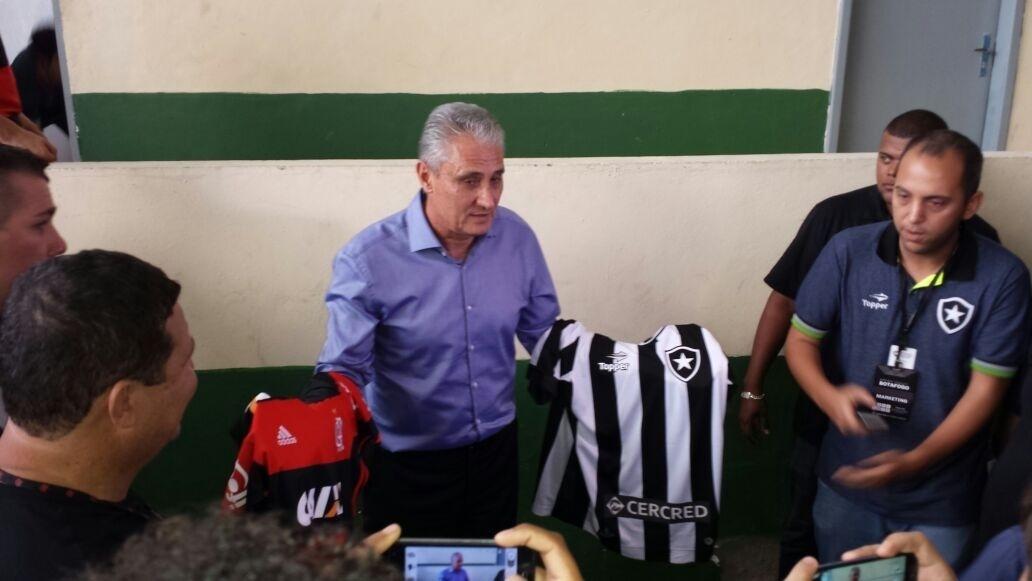 O técnico Tite acompanha o clássico entre Botafogo e Flamengo no estádio Luso-Brasileiro