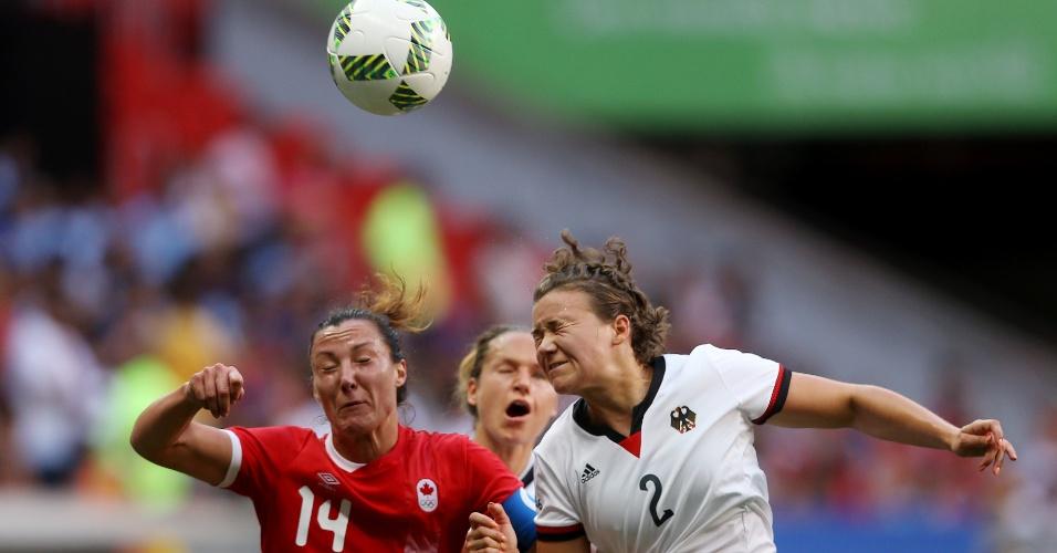 A canadense, Melissa Tancredi, e a alemã, Josephine Henning, na disputa da bola área durante a partida no Mané Garrincha