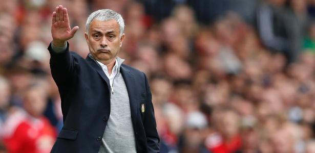 José Mourinho teve que consolar Essien em dezembro de 2012