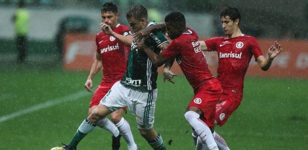 Róger Guedes, do Palmeiras, tenta vencer a marcação do Internacional