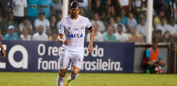 Oliveira sofreu corte durante jogo com Botafogo-SP e voltou a campo usando uma touca