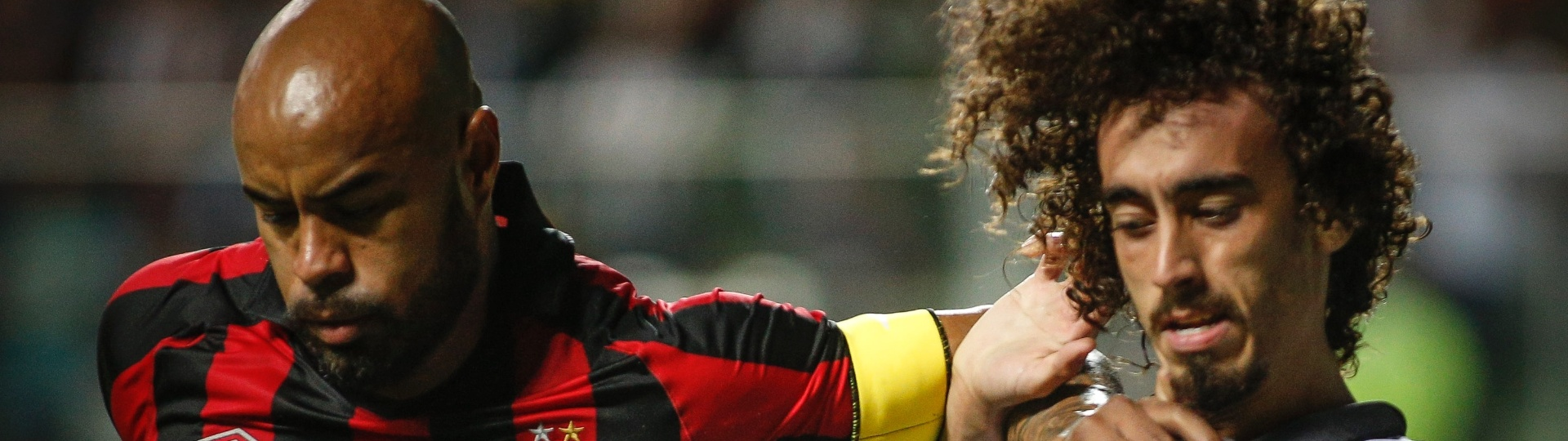 Thiago Heleno e Valdívia disputam bola em jogo entre Atlético-MG e Atlético-PR