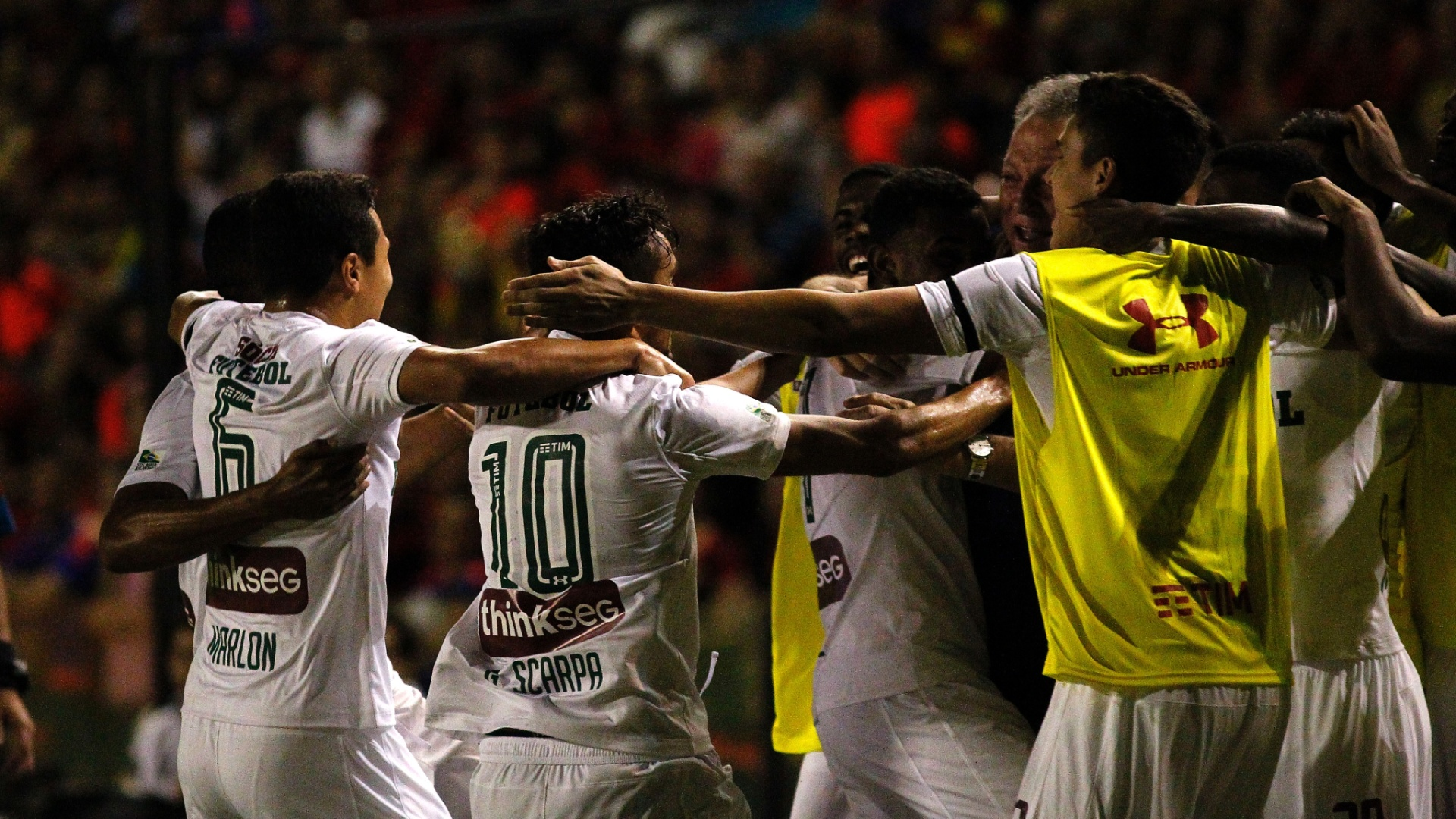 Jogadores do Fluminense comemoram com Abel Braga no banco de reservas