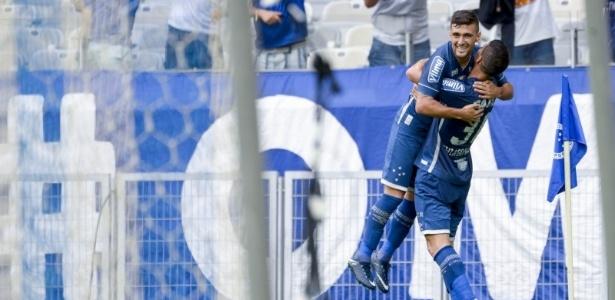 Arrascaeta e Thiago Neves comemoram gol do Cruzeiro no Mineirão
