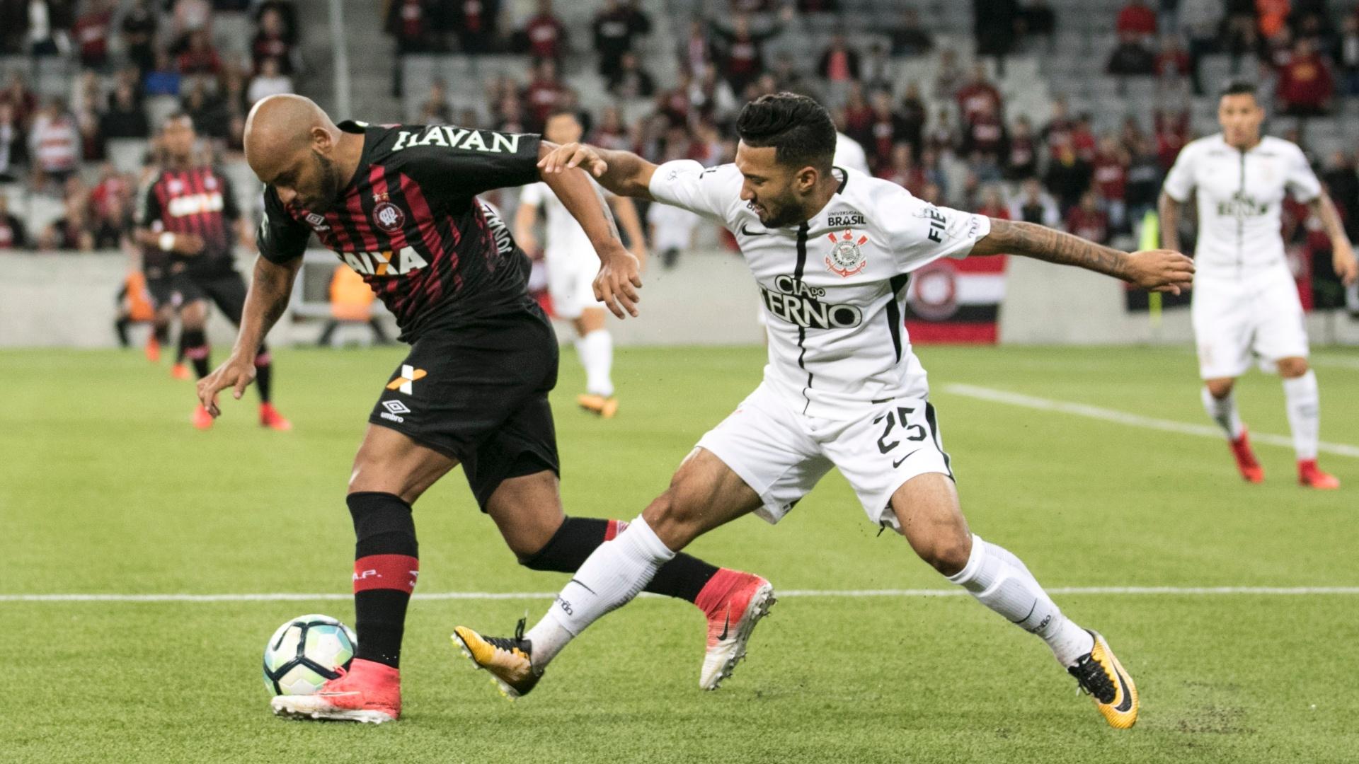 Jonathan disputa bola com Clayson em Atlético-PR e Corinthians pelo Campeonato Brasileiro