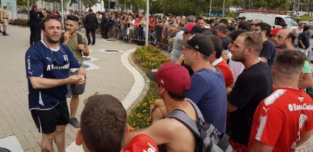 Torcedores do Independiente tentam entrar no hotel em busca de ingressos