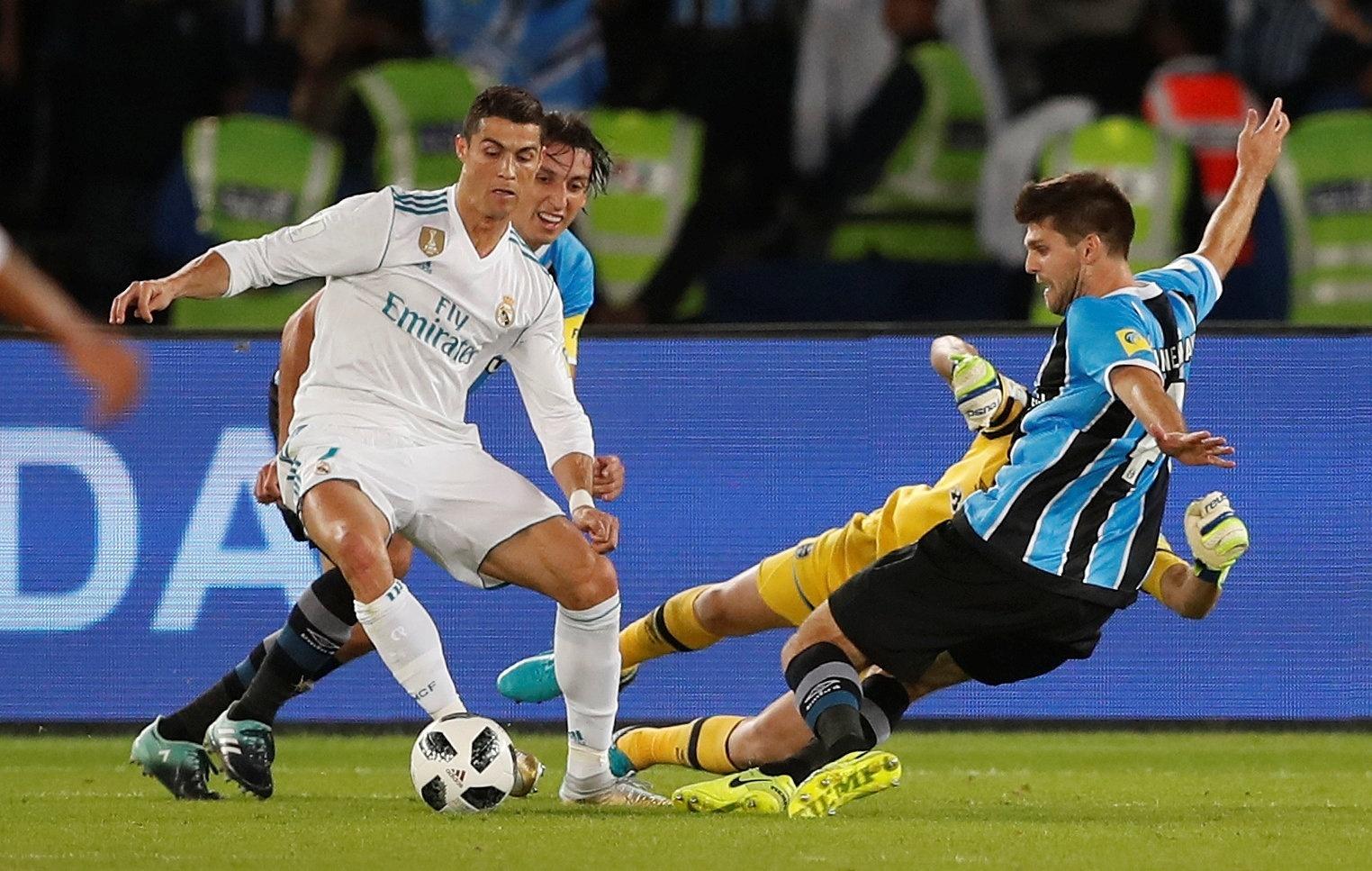 Cristiano Ronaldo tenta limpar a marcação de Kannemann no jogo entre Grêmio e Real Madrid