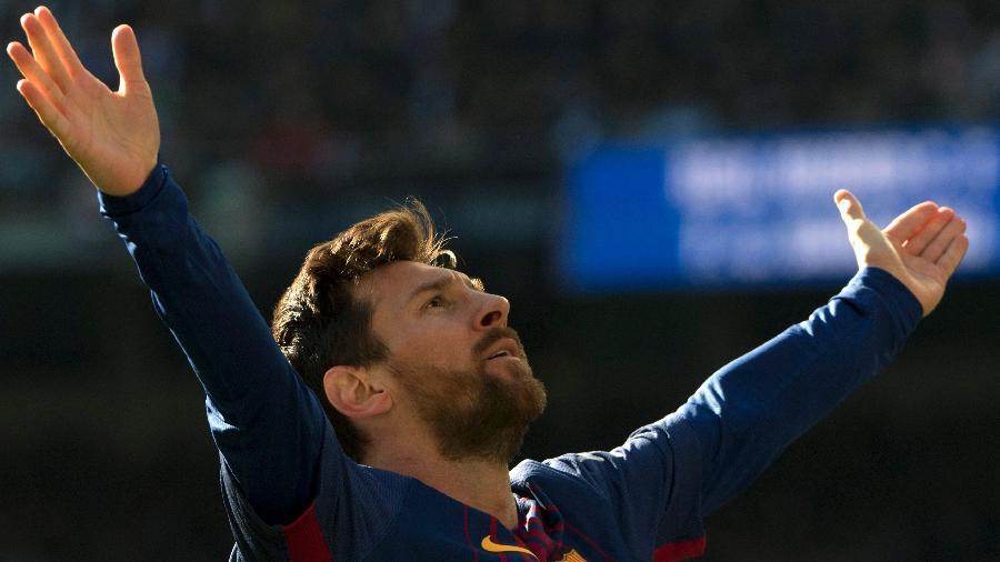 Messi comemora após marcar o segundo gol do Barcelona contra o Real Madrid - CURTO DE LA TORRE/AFP