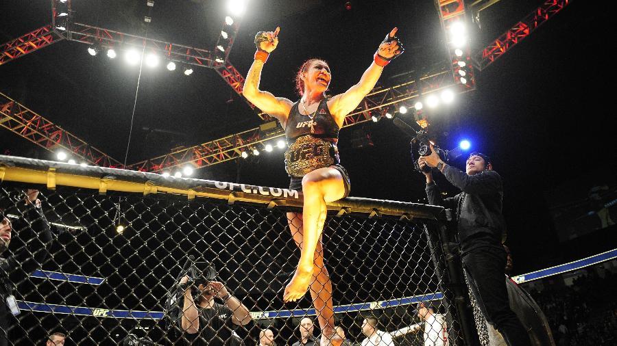 Cyborg comemora vitória sobre Holly Holm - Gary A. Vasquez-USA TODAY Sports