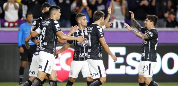 Jogadores do Corinthians comemoram gol marcado por Rodriguinho no primeiro tempo