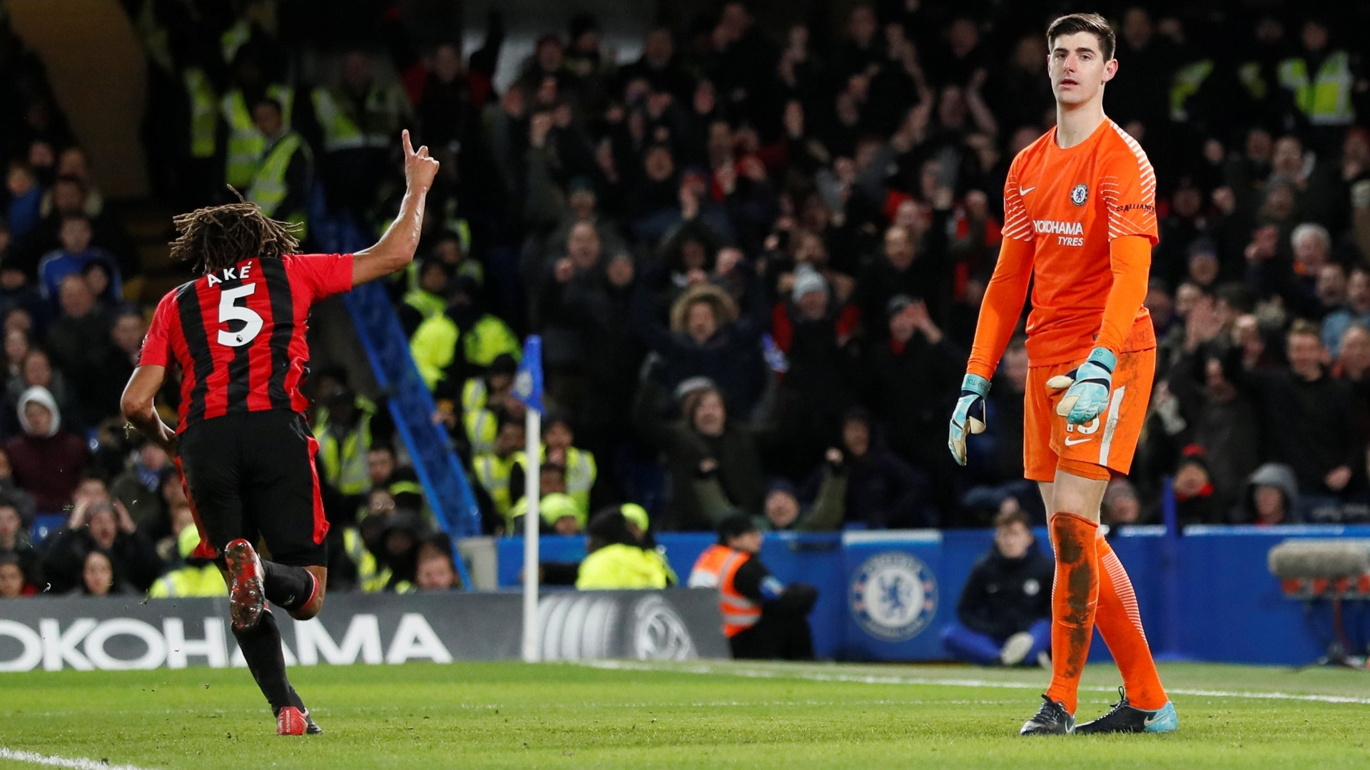 Com Courtois desolado, Ake comemora o terceiro gol do Bournemouth sobre o Chelsea