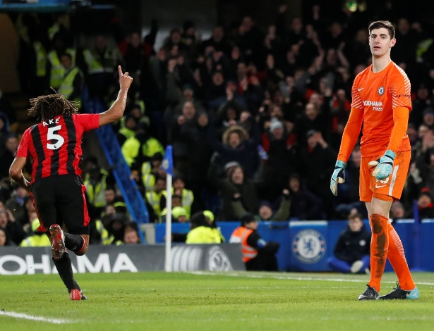 Aké comemora o terceiro gol do Bournemouth sobre o Chelsea