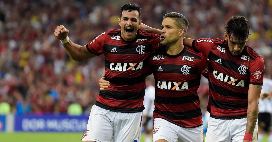 Diego comemora com Henrique Dourado e Lucas Paquetá o gol marcado pelo Flamengo sobre o Vitória