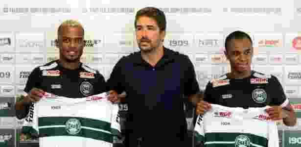 João Vitor (E) e Sávio (D), apresentados no Coritiba pelo gerente Rodrigo Pastana (C) - Comunicação CFC