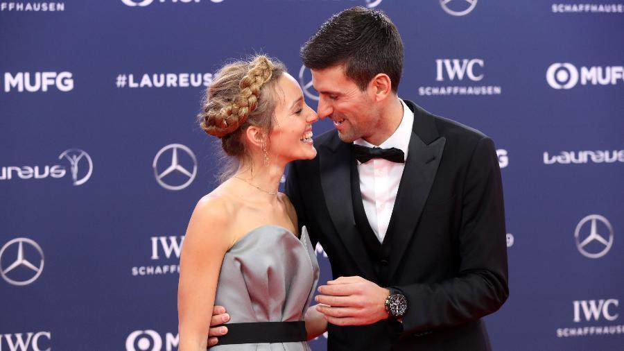 Novak Djokovic beija a mulher Jelena antes da premiação do Laureus - Valery HACHE / AFP
