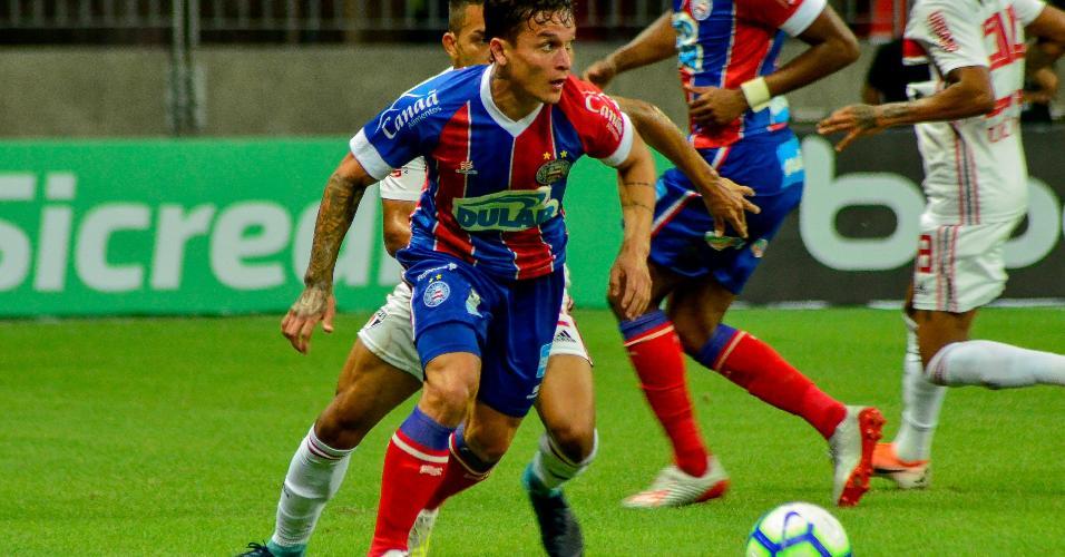 Artur tenta jogada individual na partida entre Bahia X São Paulo pela Copa do Brasil