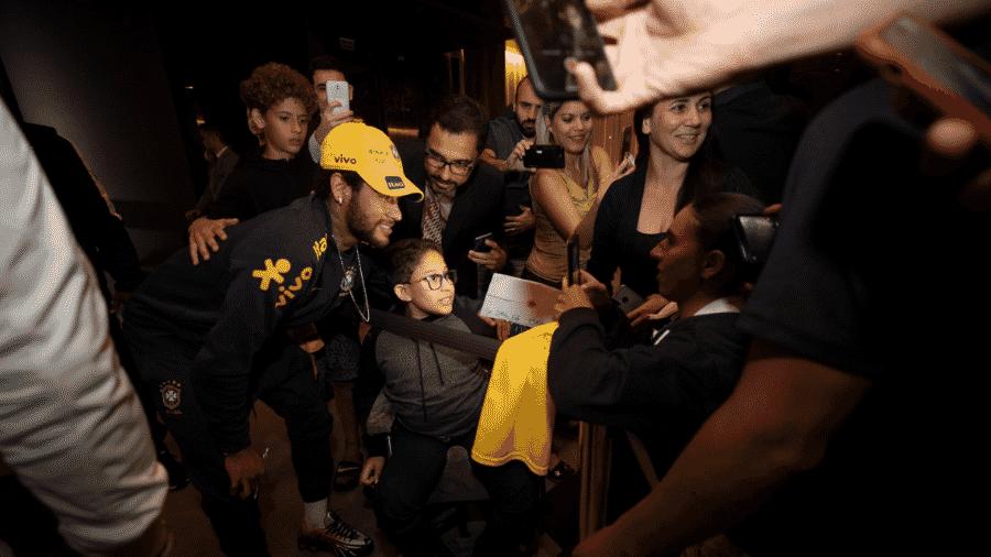 Neymar é tietado por torcedores em chegada da seleção a hotel em Brasília - Lucas Figueiredo/CBF