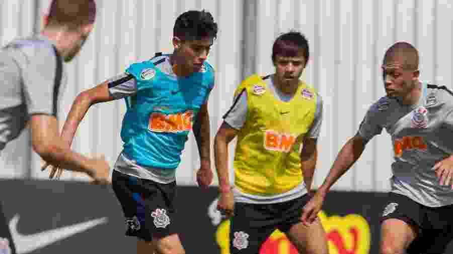 Araos e Romero (ambos com coletes) vivem baixa no Corinthians e devem respirar novos ares no segundo semestre - Daniel Augusto Jr. / Ag. Corinthians