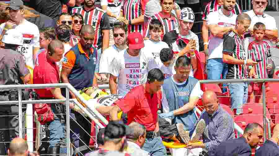 Torcedor recebe atendimento após cair da arquibancada, durante partida entre São Paulo e Grêmio, no Morumbi - MARCELLO FIM/O FOTOGRÁFICO/ESTADÃO CONTEÚDO