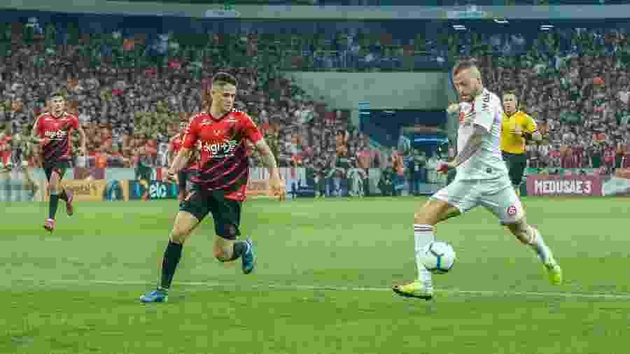 Nico López, durante jogo entre Athletico e Internacional. Odair Hellmann não vê definição - Gabriel Machado/AGIF