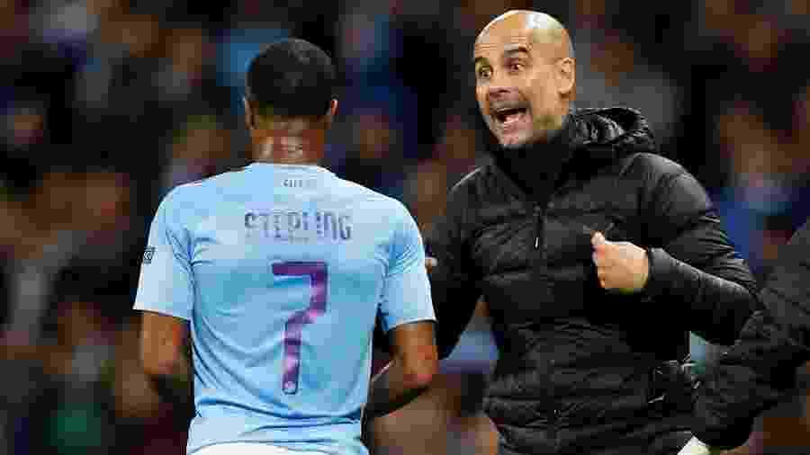 Sterling recebe orientação de Guardiola durante jogo Manchester City e Atalanta - Jason Cairnduff/Reuters