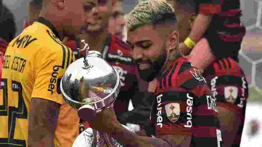 Gabigol carrega taça da Libertadores após título do Flamengo - CRIS BOURONCLE / AFP