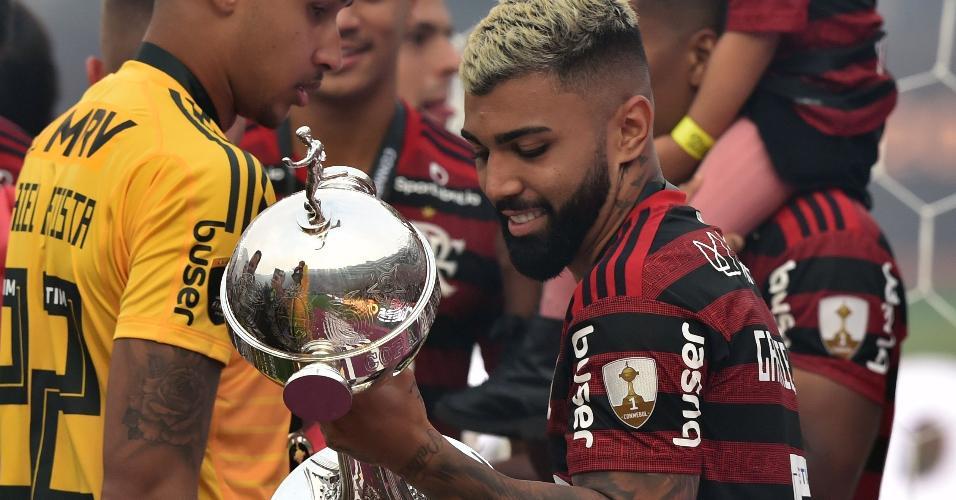 Gabigol carrega taça da Libertadores após título do Flamengo