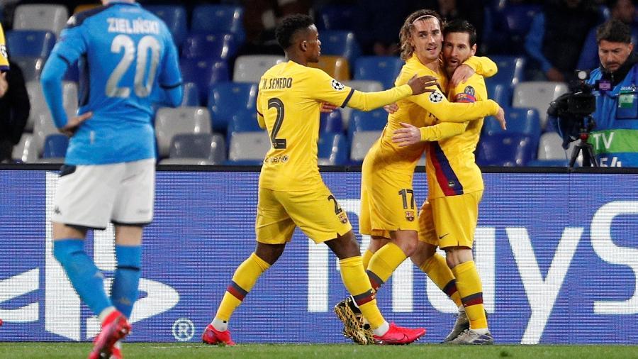 Antoine Griezmann abraça Messi em comemoração de gol do Barcelona contra o Napoli pela Liga dos Campeões - Guglielmo Mangiapane/Reuters