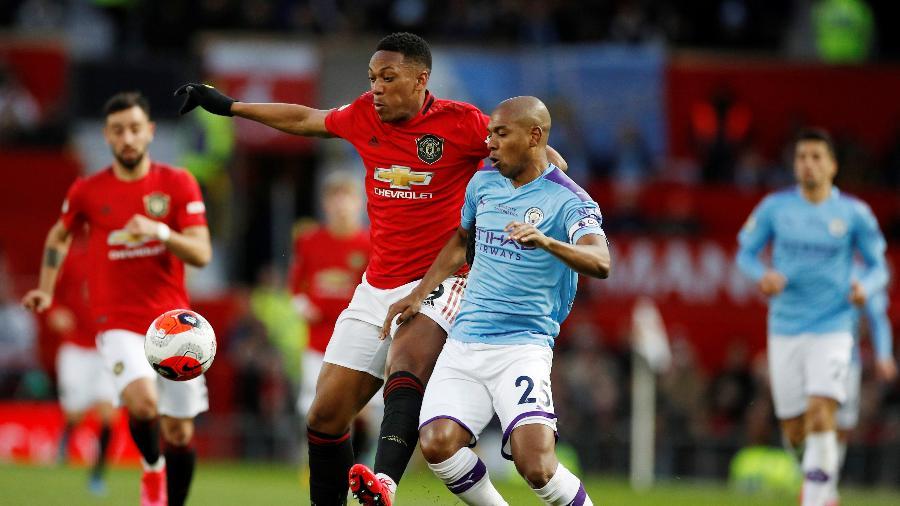 Anthony Martial, do Manchester United, em lance com  Fernandinho, do Manchester City - Phil Noble/Reuters