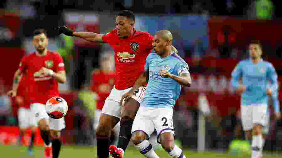 Anthony Martial, do Manchester United, em lance com  Fernandinho, do Manchester City - Phil Noble/Reuters