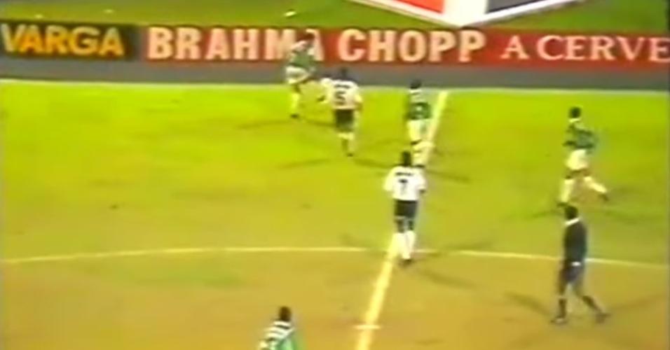 Edmundo faz embaixadinhas em final entre Palmeiras e Corinthians, pelo Campeonato Paulista de 1993
