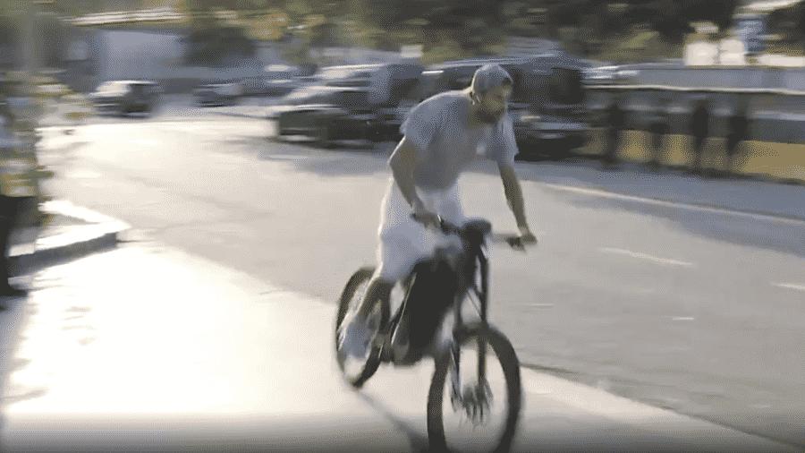 Piqué chega de bicicleta para jogo do Barcelona - Reprodução