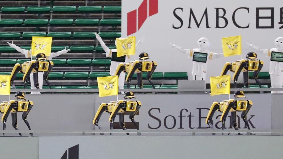 Robôs dançantes fazem coreografia durante jogo de beisebol no Japão - Kyodo/via REUTERS