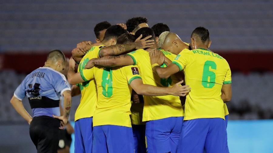 Jogadores da seleção comemoram gol contra o Uruguai, que manteve campanha perfeita do Brasil em 2020 - Raúl Martínez-Pool/Getty Images