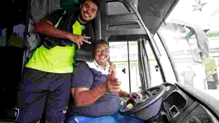 Maurão, motorista do Botafogo, ao lado de Leandrinho no ônibus do clube - Vitor Silva/SSPress/Botafogo - Vitor Silva/SSPress/Botafogo