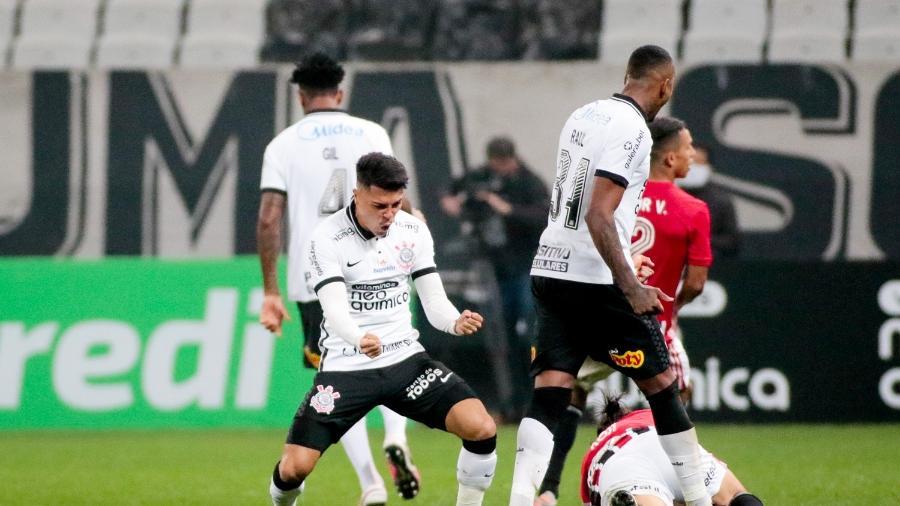 Volante Roni comemora dividida ganha contra um jogador do São Paulo  - Rodrigo Coca/ Ag. Corinthians