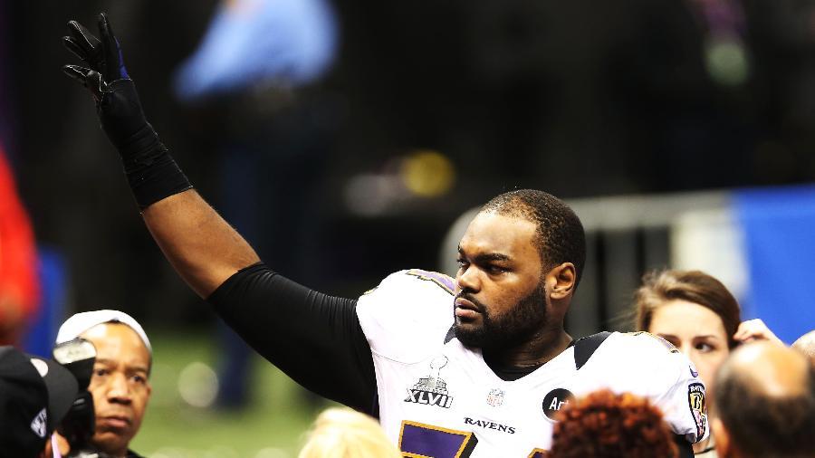 Michael Oher comemora vitória no Super Bowl com o Baltimore Ravens em 2013 - Ronald Martinez/Getty Images