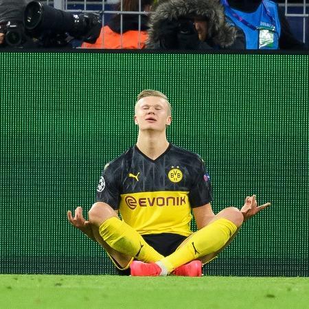 Haaland comemora meditando após marcar contra o PSG na Liga dos Campeões - Alex Gottschalk/DeFodi Images via Getty Images