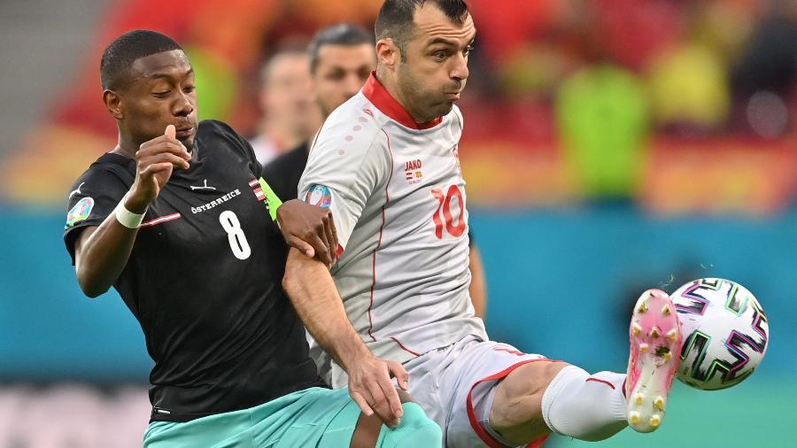 Alaba e Pandev disputam bola na partida entre Áustria e Macedônia do Norte pela Eurocopa - Pool via REUTERS