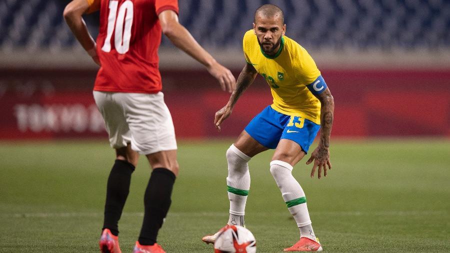 Daniel Alves marca Sobhi durante jogo da seleção brasileira contra o Egito pelas Olimpíadas - Lucas Figueiredo/CBF