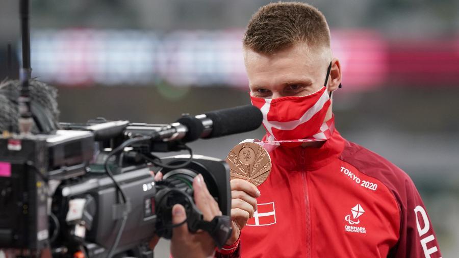 Daniel Wagner, da Dinamarca, mostra seu bronze no salto em distância das Paralimpíadas  - picture alliance/dpa/picture alliance via Getty Images